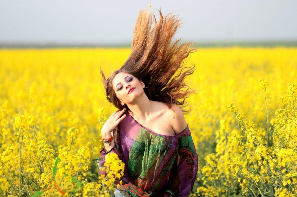 Žena háže vlasy