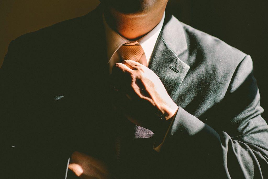 Sebejistě upravuje kravatu