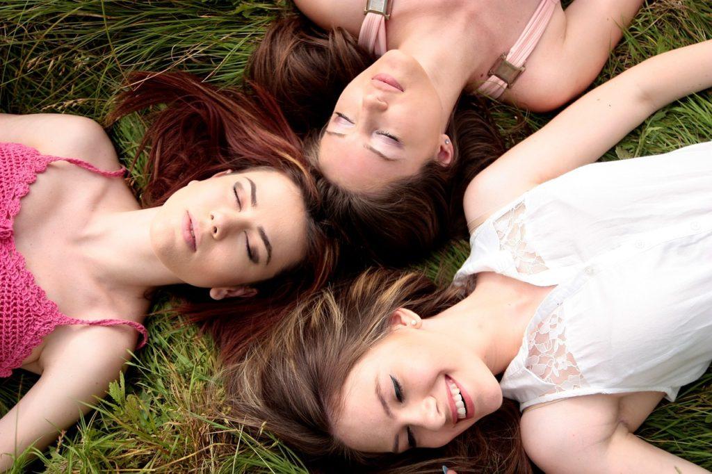 Tři kamarádky na louce