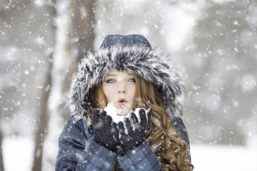 Holka rozfoukává sníh