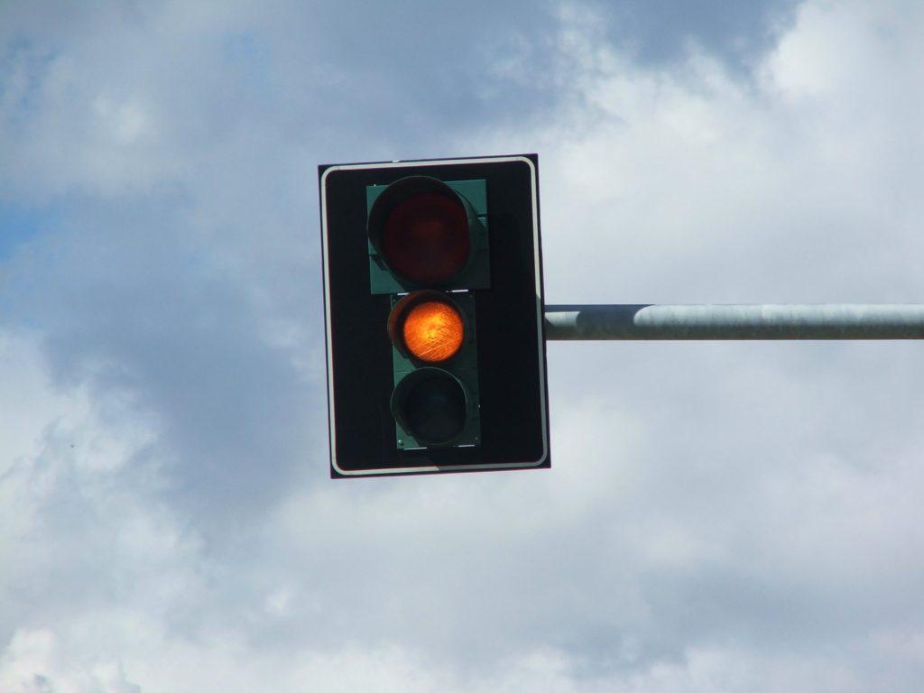 Semafor ukazuje oranžovou