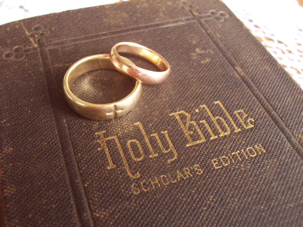 Svatební prstýnky na bibli svaté