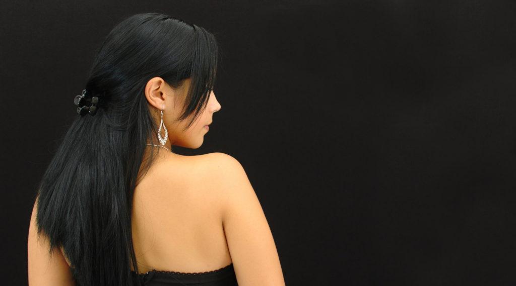 Žena se obrací zády