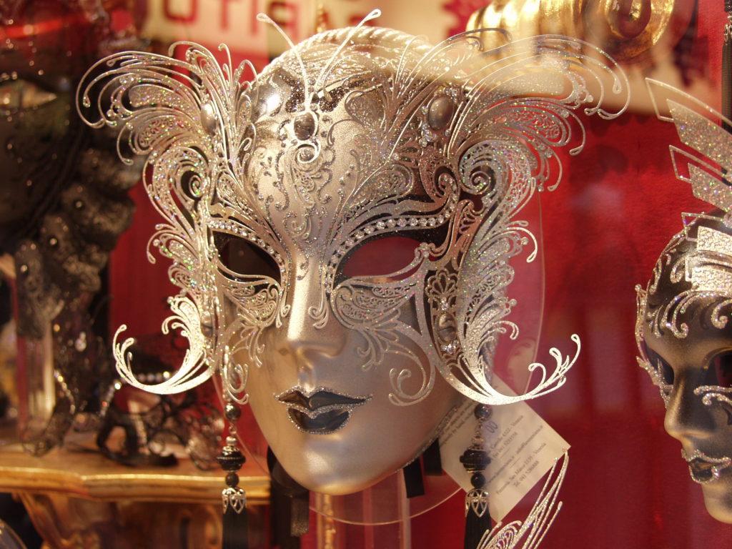 Žena za maskou