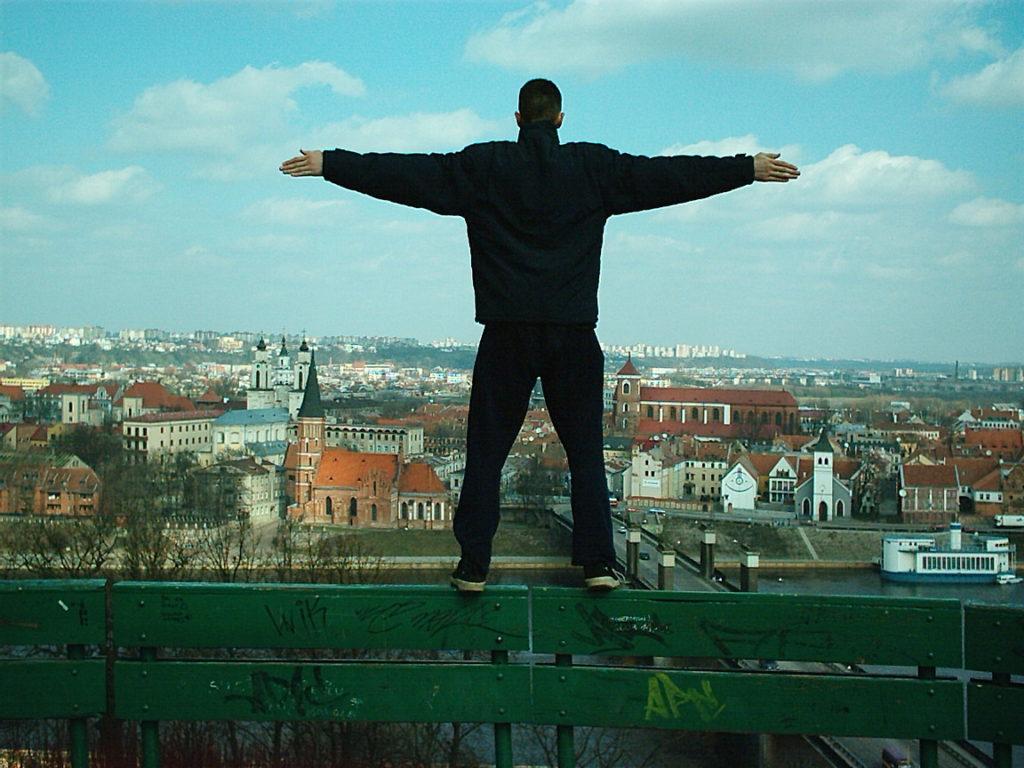 Muž stojící nad městem