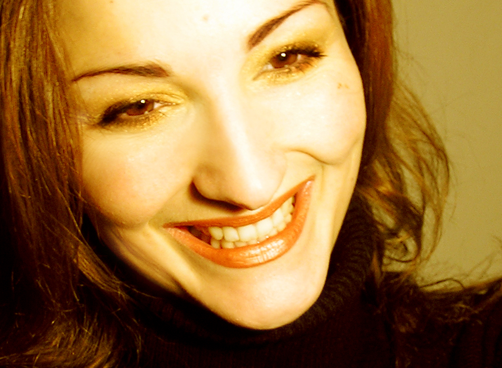 Žena se ze široka směje