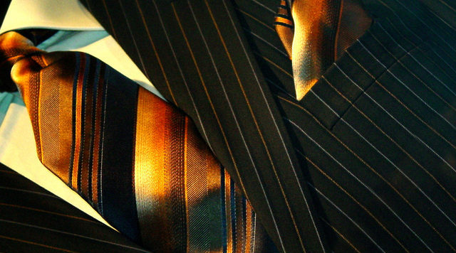 Oblek se zlatou kravatou
