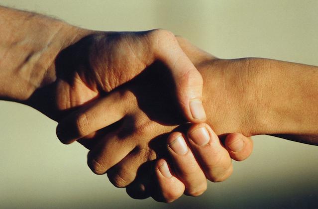 Muž ženě podal ruku