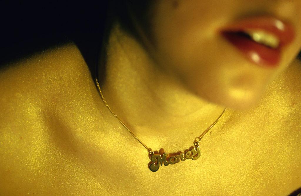 Žena s náhrdelníkem Peníze