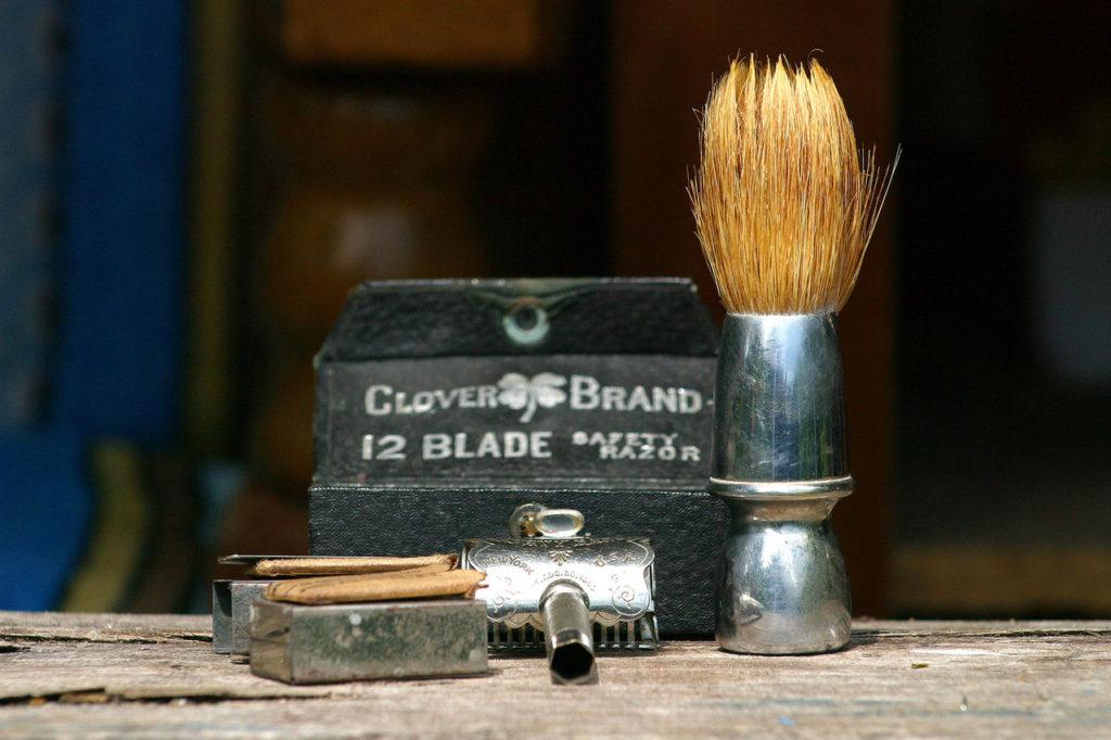 Potřeby pro holení - holící strojek, zastřihávač vousů, pěna