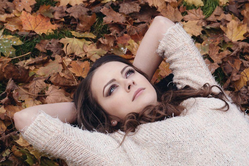 Leží v listí