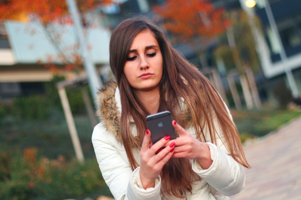 Žena si bere telefonní číslo