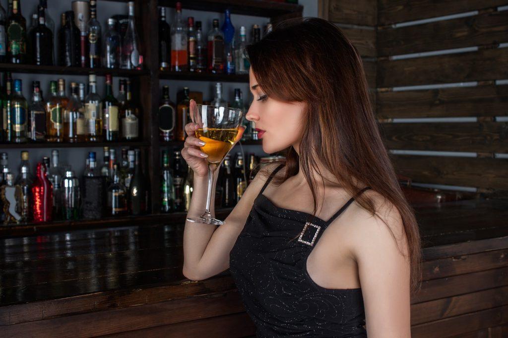 Bruneta na baru