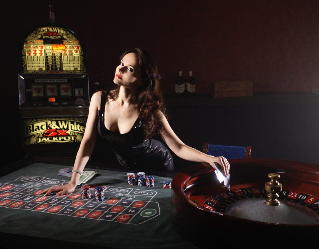 Žena s žetony u pokerového stolu