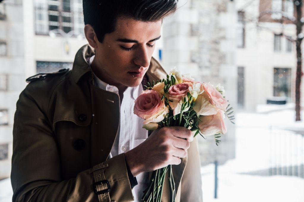 Muž dostal květiny