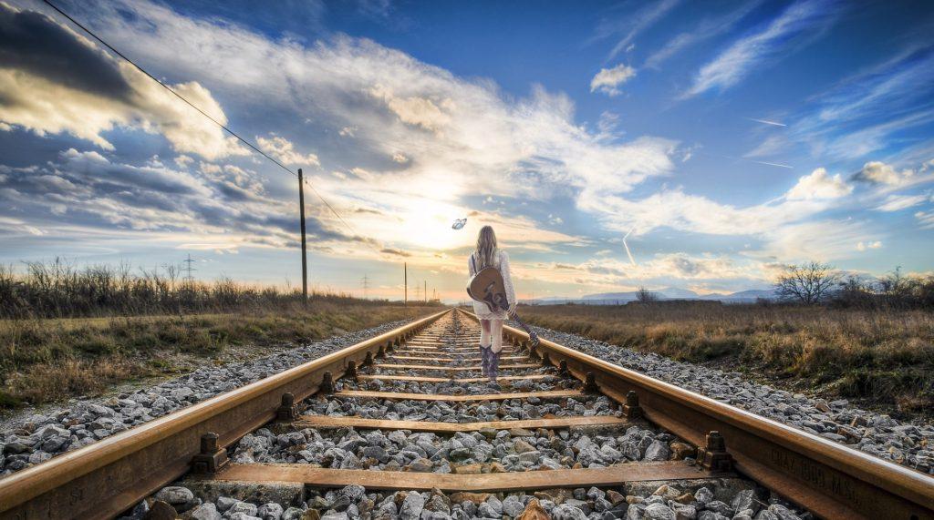 Blondýna se prochází po kolejích