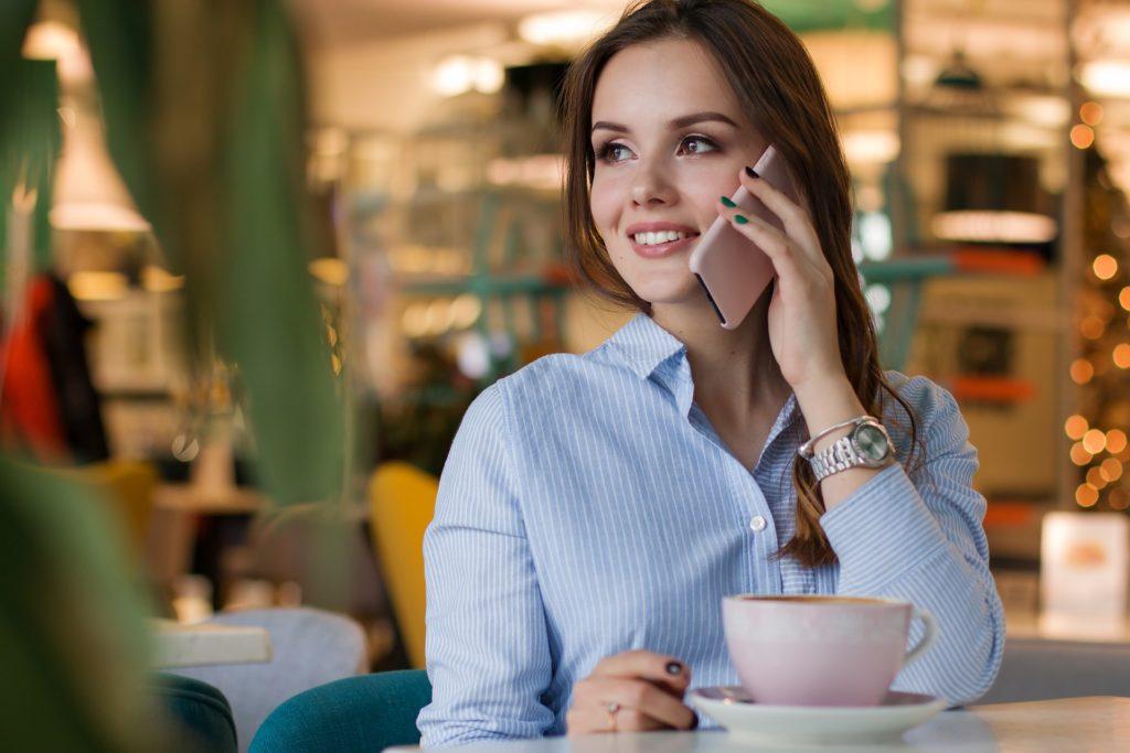 Holka telefonuje u kávy