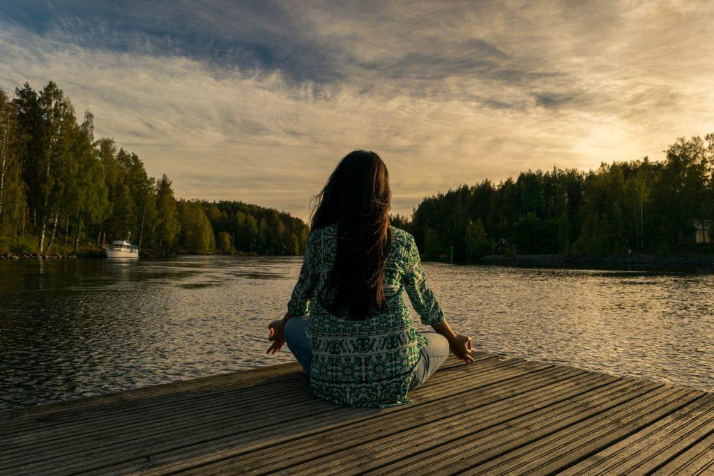 Meditující holka