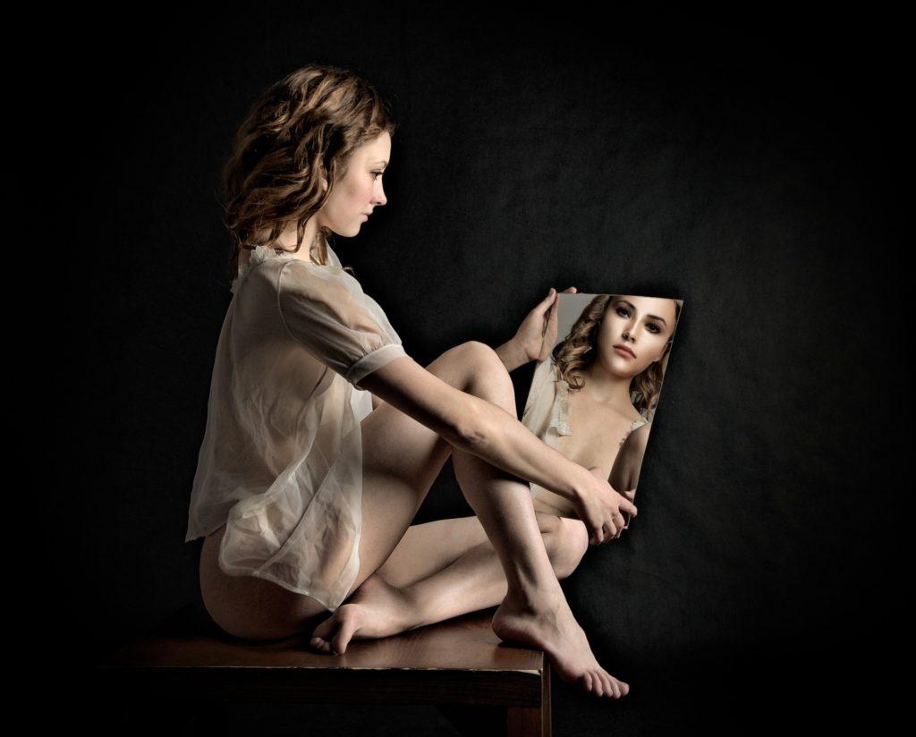 Žena se zkoumá v zrcadle