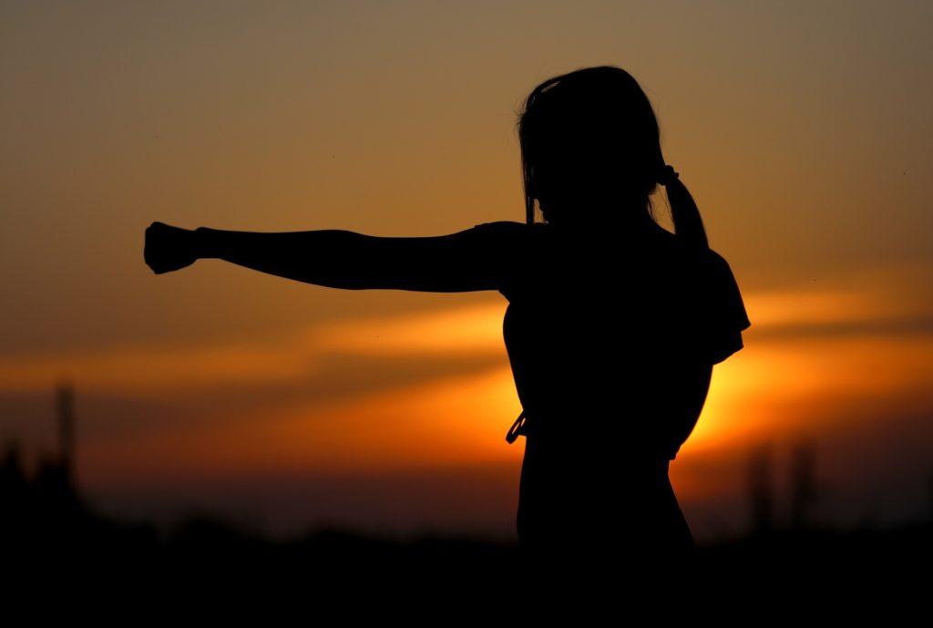 Úder ženy při západu slunce