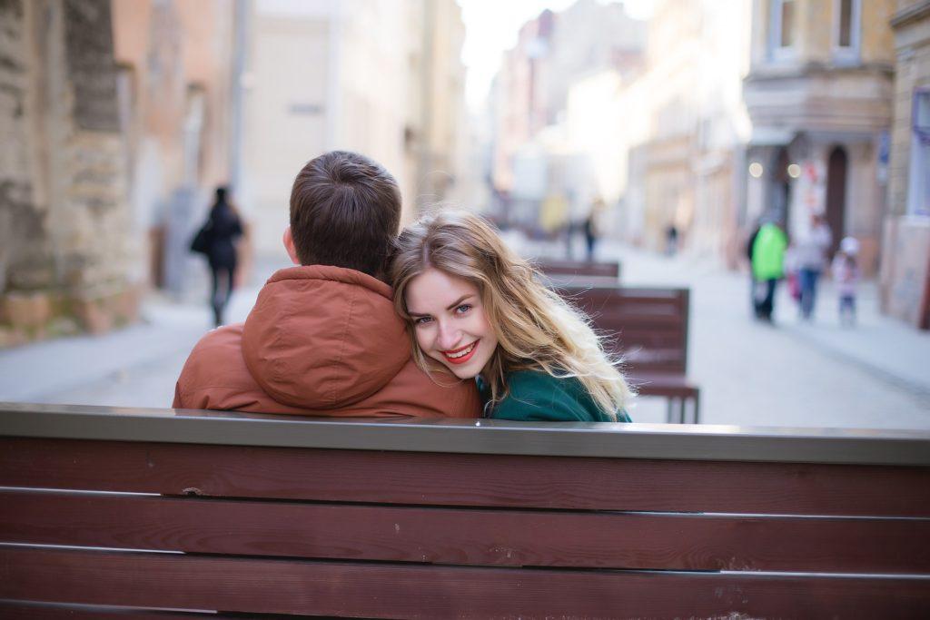 Šťastná holka oslovená na lavičce