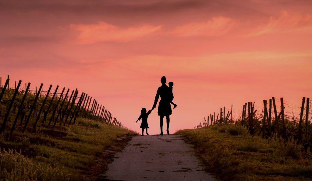 Matka s dětmi sama