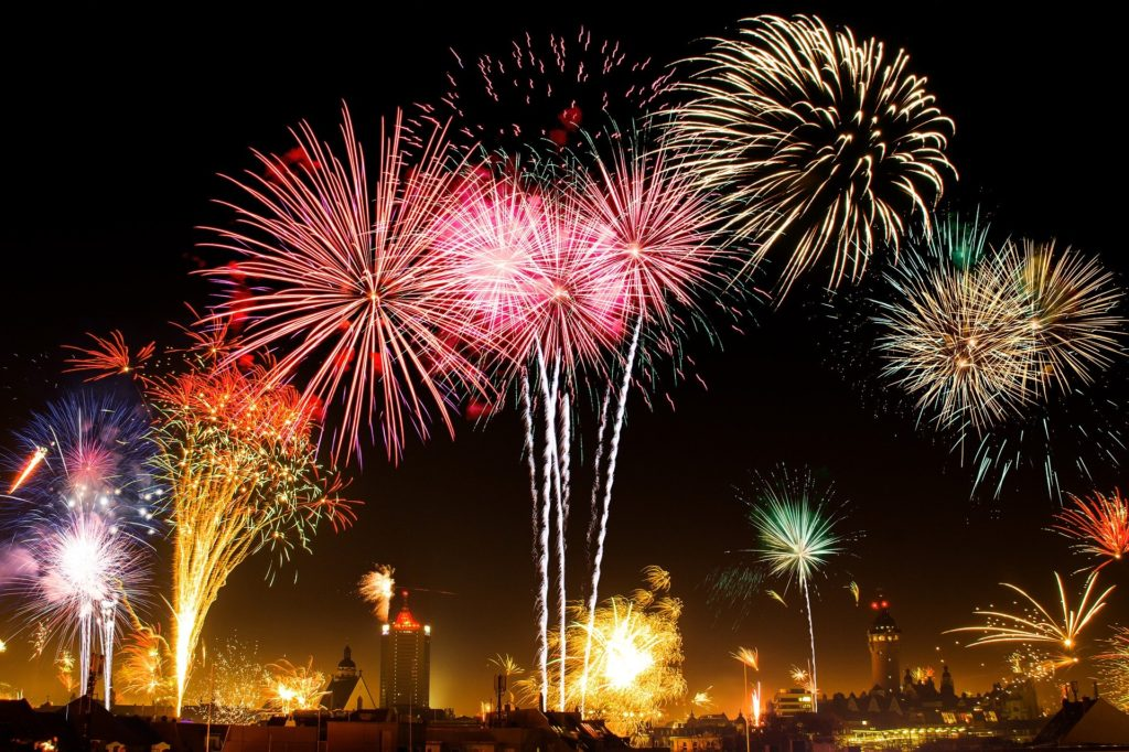Ohňostroje oslavují den neomezených možností
