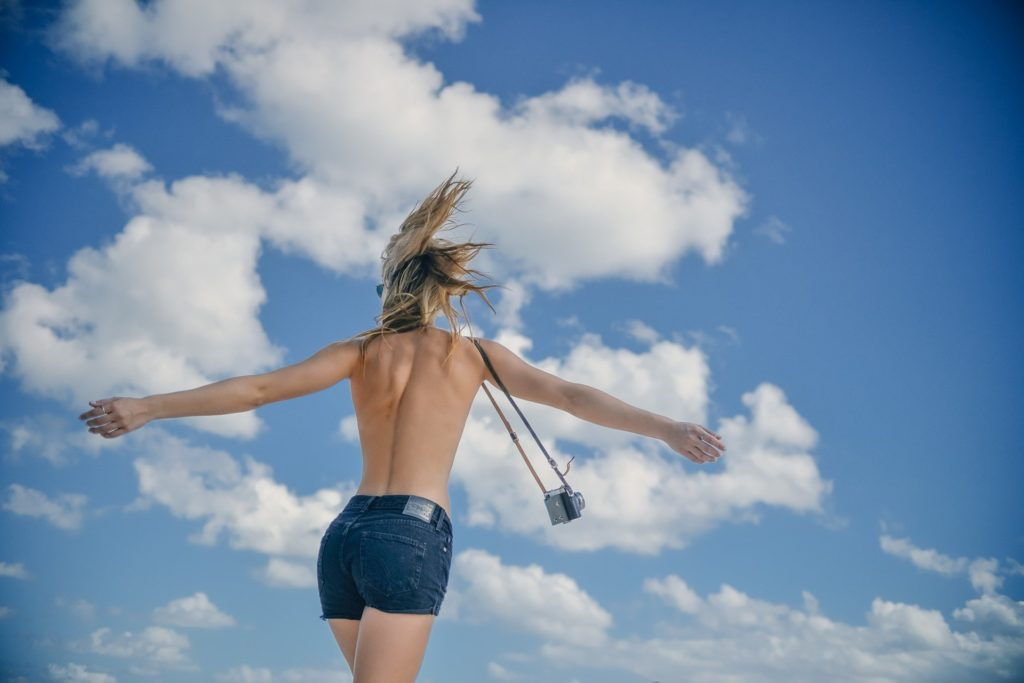 Žena prostá strachu, oděná jen do foťáku