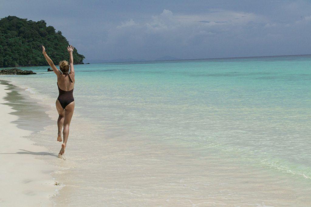 Svobodná žena na pláži se nebojí