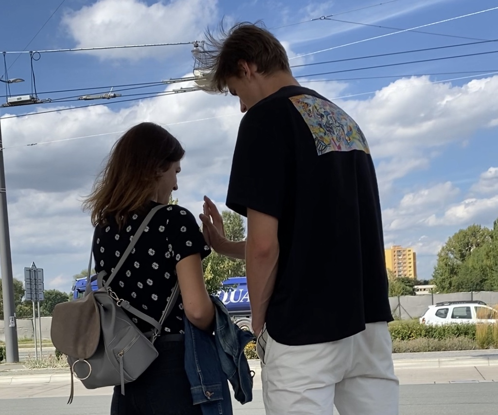 Dotek se ženou spojuje