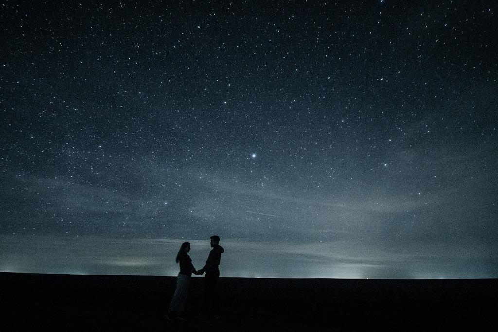 Muž a žena pod hvězdama